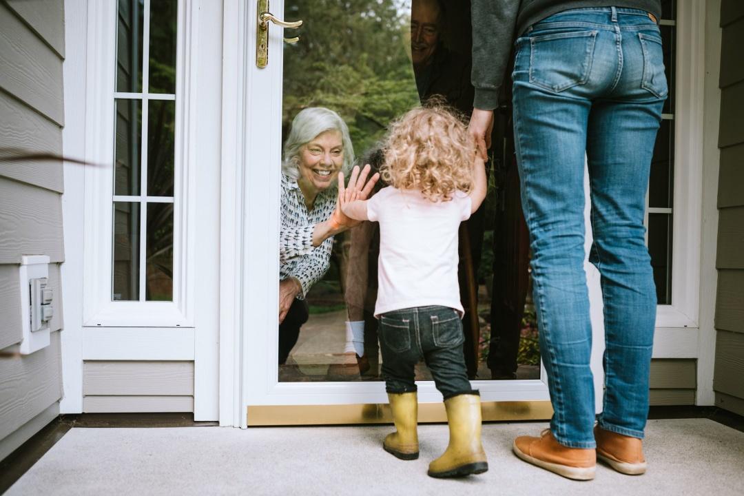 Це не означає, що бабусям і дідусям не треба бачитися з онуками