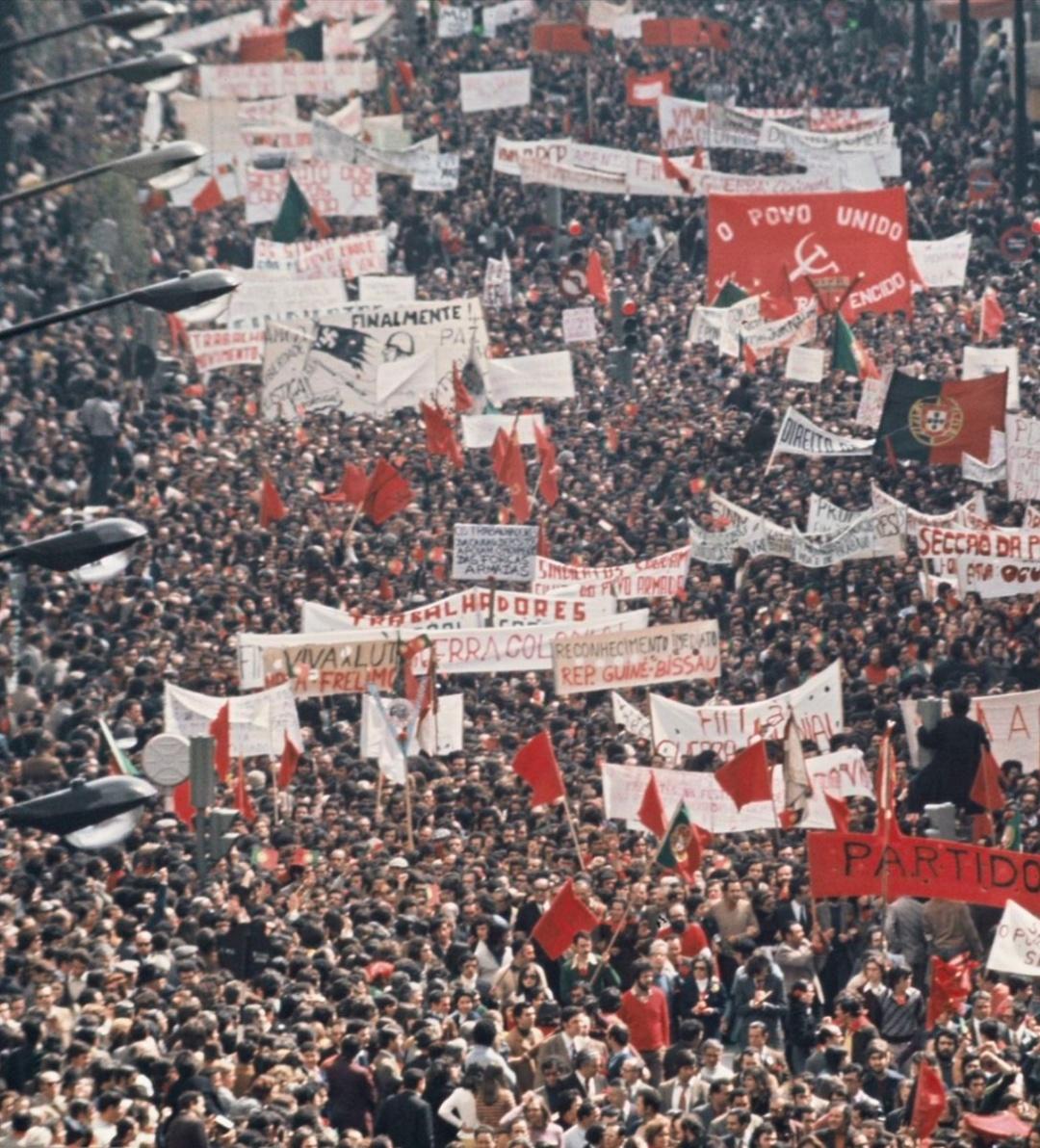 Внаслідок «революції гвоздик» Португальська колоніальна імперія впала в 1974 році