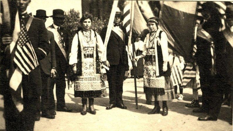 """3 липня 1885 року Іван (Джон) Волянський заснував перше товариство взаємодопомоги українських мігрантів """"Братство святого Миколая""""."""