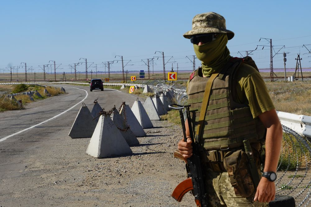 Український десантник на спостережному посту