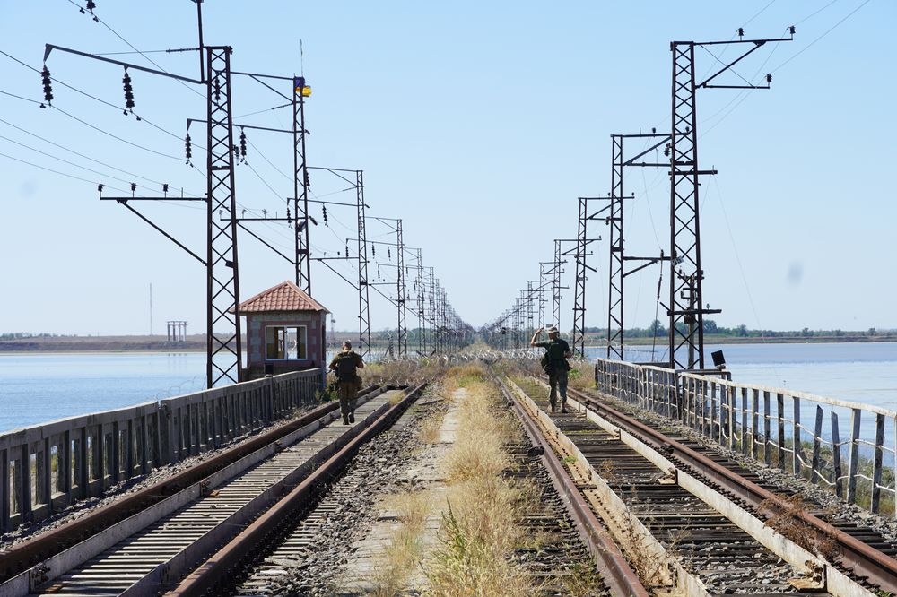 Залізничний міст, який сполучає материк та півострів