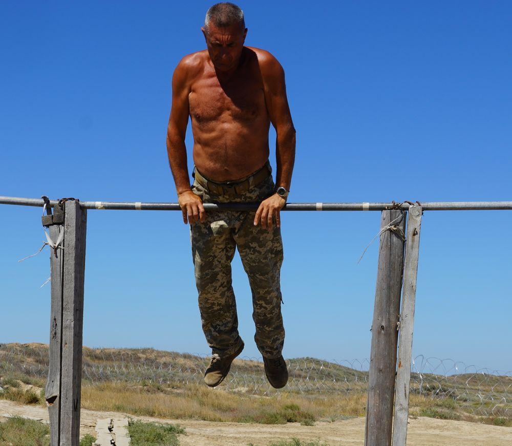 """53-річний """"Восьмий"""" виконує гімнастичну вправу на турніку"""