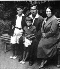 12-родина М.П.Кравчука - зліва направо - син Євген, дочка Наталя, дружина Есфір Йосипівна, Одеса, 1935 р.