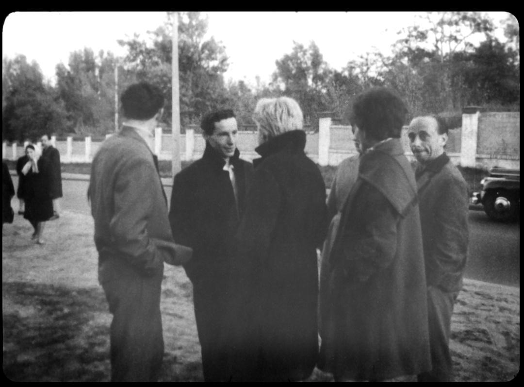 Амік Діамант (по центру) на акції пам'яті жертв Бабиного Яру. 24 вересня 1966 року. Стоп-кадр із зйомок кінооператора Укркінохроніки Едуарда Тімліна