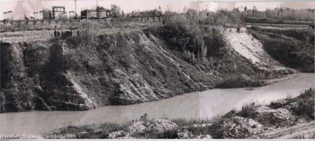 Бабин Яр у 1950-х роках, заповнений відходами цегельного заводу - глиняною пульпою. У 1961 році ця маса прорве дамбу і рине згори на Куренівку