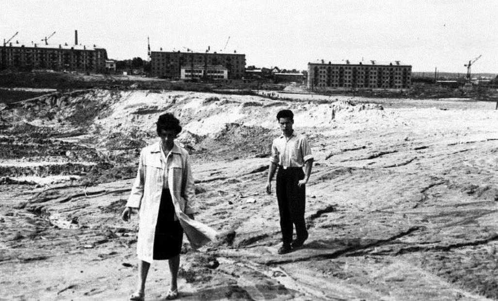 Бабин Яр, позаду щойно зведені будинки в його засипаній північній частині (нині вулиця О.Теліги)), у піску ще трапляються кістки і уламки черепів. Фото з архіву Е.Діаманта