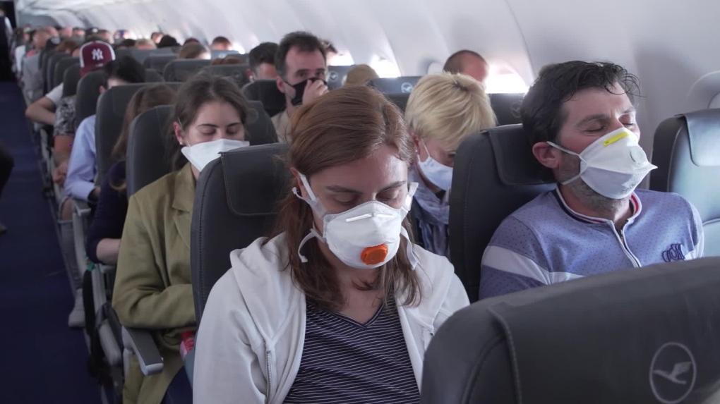 Великі авіакомпанії не пускатимуть на борт літака у масці чи респіраторі з клапаном