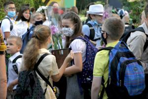Школи в Україні відкрилися, але уже закриваються на карантин