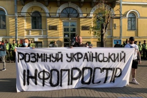 """Нацкорпус пікетував NewsOne, """"112 Україна"""" та ZIK"""