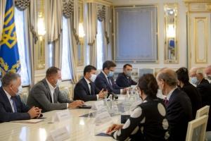 """Зеленский - Боррелю: Украина хочет создания переговорной """"площадки"""" относительно Крыма"""