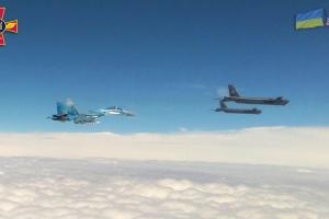 Бомбардувальники США увійшли в повітряний простір України, їх супроводжують винищувачі