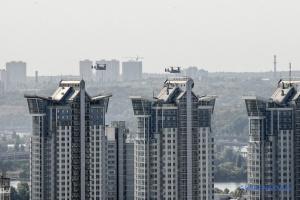 Zwei Wandelflugzeuge von US-Luftwaffe fliegen über Kyjiw