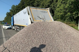 На Львівщині водій відмовився проходити ваговий контроль і висипав щебінь на трасу Київ-Чоп