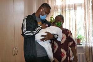 Немовля померлої від COVID-19 породіллі з Нігерії родичі забрали з Тернополя