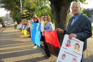 В Риге под посольством РФ требовали освободить политзаключенных