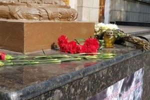 К университету Воздушных сил в Харькове несут цветы