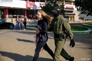 В Минске силовики задерживают участниц женского марша