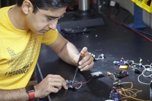 Учені розробили слуховий апарат вартістю один долар