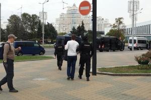 У Мінську вже почалися затримання, на вулицях військові зі зброєю, автозаки та водомети
