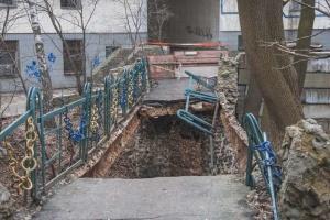 Перила на пешеходном мосту в Киеве обвалились из-за стихийной торговли - УЗ