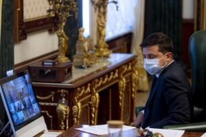 Доплаты медикам: Зеленский говорит, что подписаны менее четверти договоров