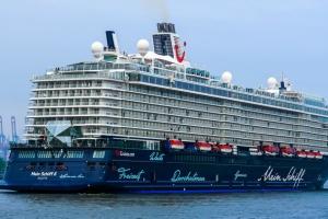 Немецкий круизный лайнер прервал тур из-за коронавируса у членов экипажа