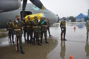 В аеропорту Львова зустріли тіло загиблого в авіатрощі під Харковом Віталія Вільхового
