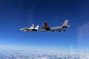 Zwei US-Bomber B-52 fliegen Patrouillenflug über der Ukraine