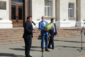 Cherson: Regierungschef Schmygal bekommt 27,7 Kilo schwere Wassermelone geschenkt
