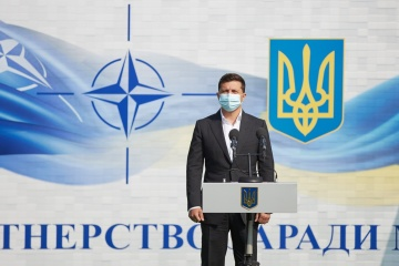Volodymyr Zelensky assiste à l'ouverture de l'exercice militaire Rapid Trident 2020