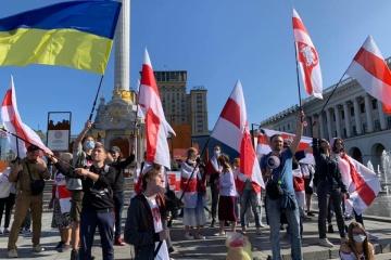 白赤白旗と騎士の紋章 キーウ市でベラルーシ国民との連帯集会開催