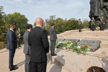 Los altos funcionarios de Ucrania conmemoran a las víctimas de la masacre de Babi Yar