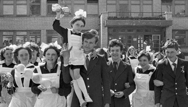 Недавнє 1 вересня: школярі – «офіцери», а школярки – «покоївки»