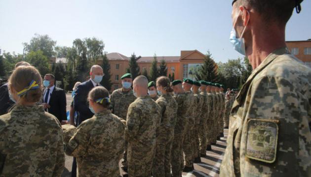 Шмигаль вручив курсантські погони та зелені берети майбутнім прикордонникам