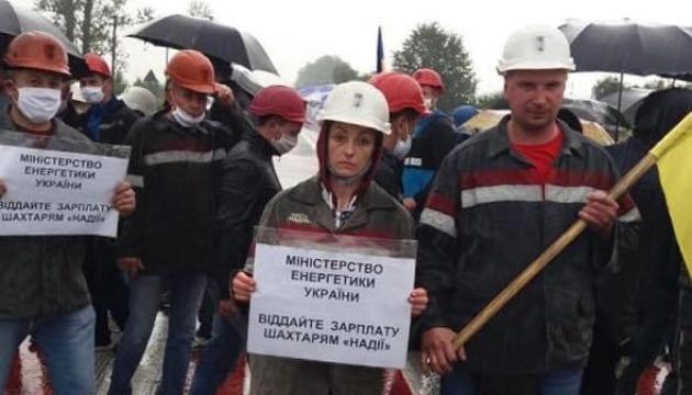 На Львівщині родичі страйкуючих під землею шахтарів перекрили міжнародну трасу