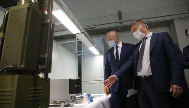 Шмигаль подивився, як виробляють апарати ШВЛ на хмельницькому
