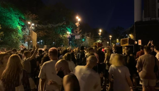 Под Кабмином танцы - на акции против закрытия клубов и дискотек на карантин