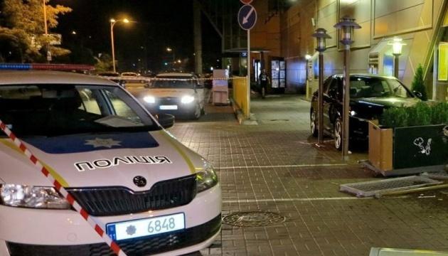 Унаслідок ДТП на літній терасі кафе в Києві постраждали двоє відвідувачок