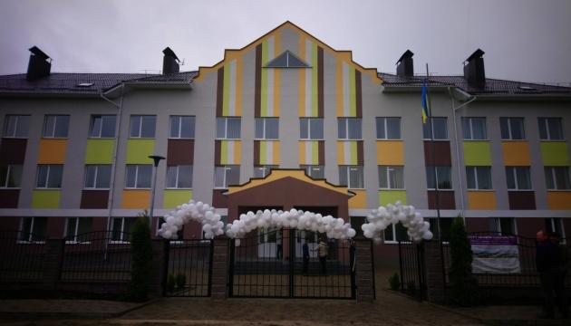 В Озерцях на Рівненщині звели нову триповерхову школу