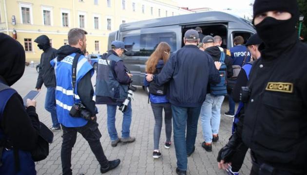 Протесты в Беларуси: двух журналистов TUT.BY оставили в милиции