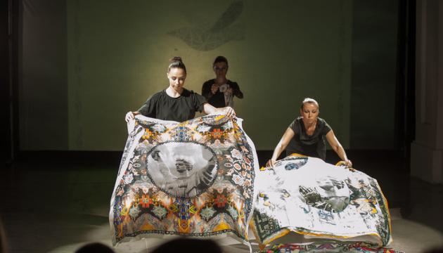 ZINAIDA на Неделе моды представила коллекцию платков с принтами Родины-матери