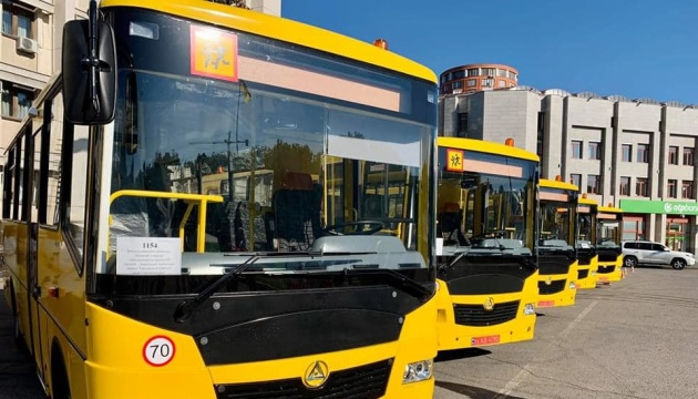 Для українських шкіл закупили 235 автобусів
