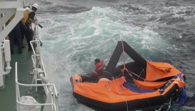 В Японії призупинили пошуки моряків затонулого судна через негоду