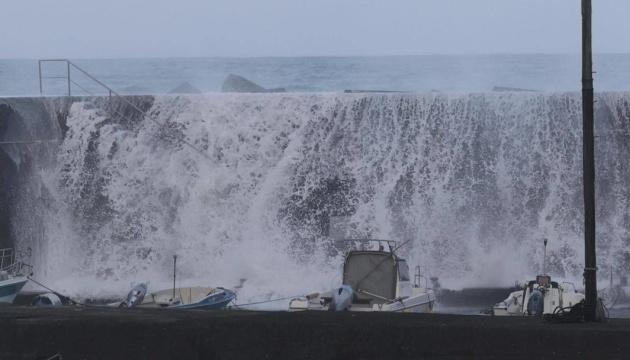 Потужний тайфун дістався Японії, десятки тисяч людей евакуюють