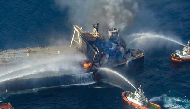 Біля берегів Шрі-Ланки четвертий день горить нафтовий танкер, є загиблий