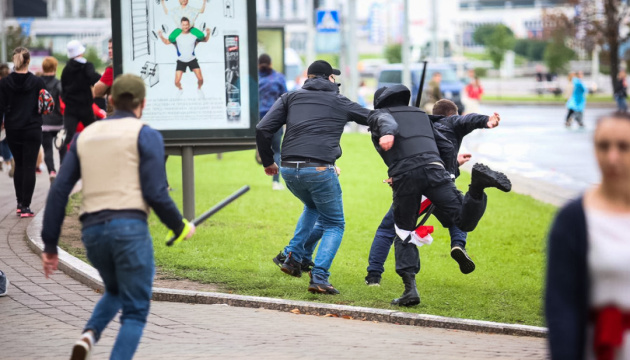Потужне відео з Білорусі, де звичайні хлопці дають відсіч омонівцям