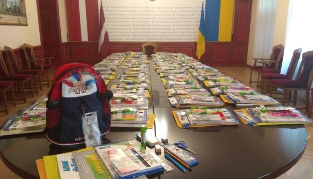 До школярів з Івано-Франківщини прямують наплічники зі шкільним приладдям із Латвії та Норвегії