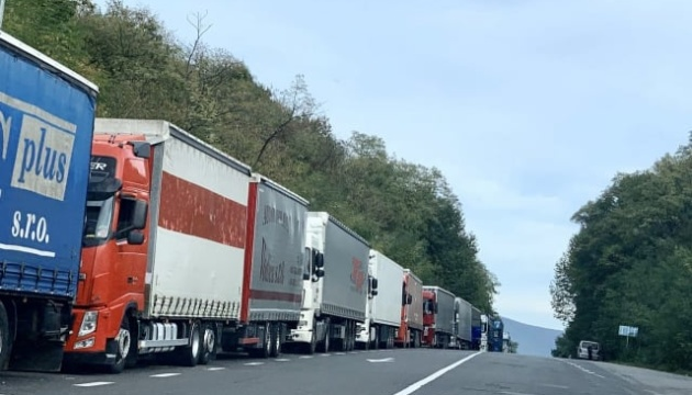Ужгород: на кордоні застрягли 200 фур - не працює словацький сканер