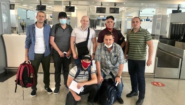 В Україну повернулися визволені з піратського полону шестеро моряків - Зеленський