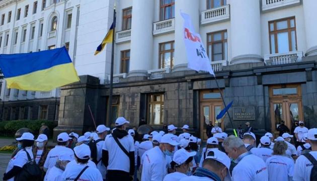 """Збереження книжкового ринку """"Петрівка"""": активісти зібрались під ОП та передали петицію"""